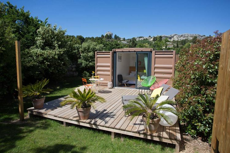 insolite dans les alpilles une suite dans un container maritime inspiration sud. Black Bedroom Furniture Sets. Home Design Ideas